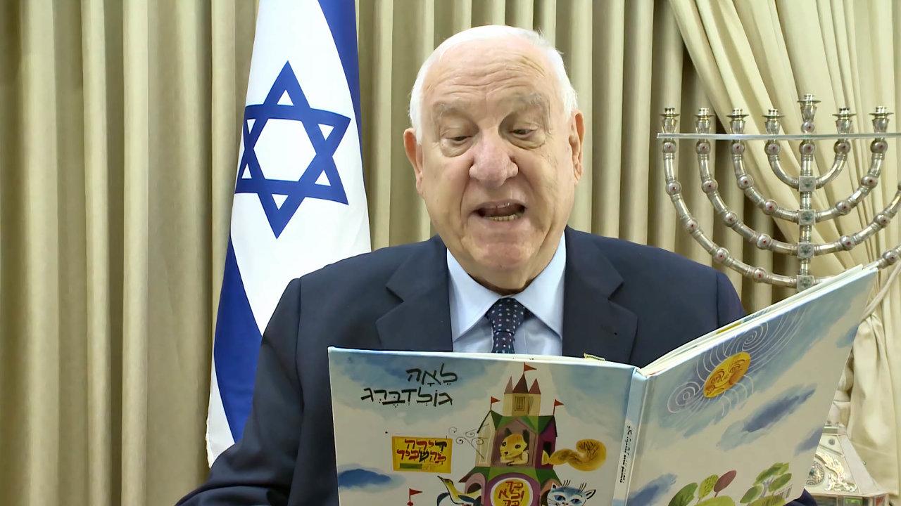 Jak ukázat klid. Izraelský prezident Re'uven Rivlin čte v televizi dětem pohádky.