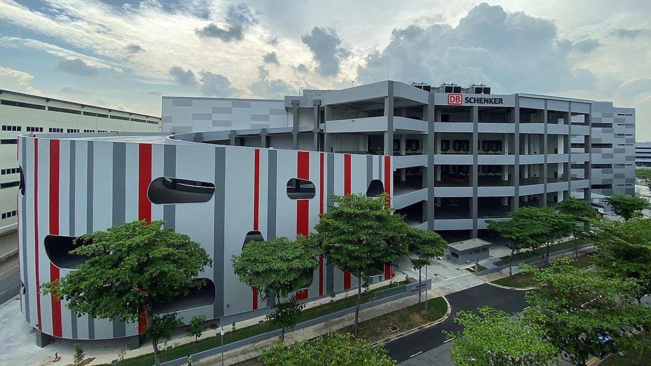 Hub pro letecké zásilky a logistický sklad se společně rozkládají na ploše  52 400 metrů čtverečních na úrovni pěti podlaží.