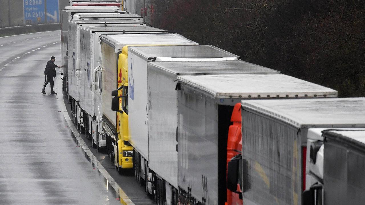 Nejistota na hranicích. Kamionová doprava se vinou koronavirové situace v kombinaci se selháním rozhovorů o brexitové dohodě s EU na britských hranicích totálně zadrhla.