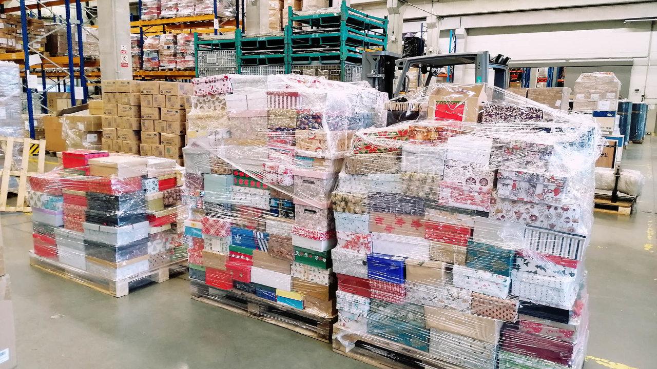 """Do poloviny prosince cargo-partner zorganizovala paletizaci a uskladnění více než 3050 dárkových boxů v rámci akce """"Kolik lásky se vejde do krabice od bot""""."""