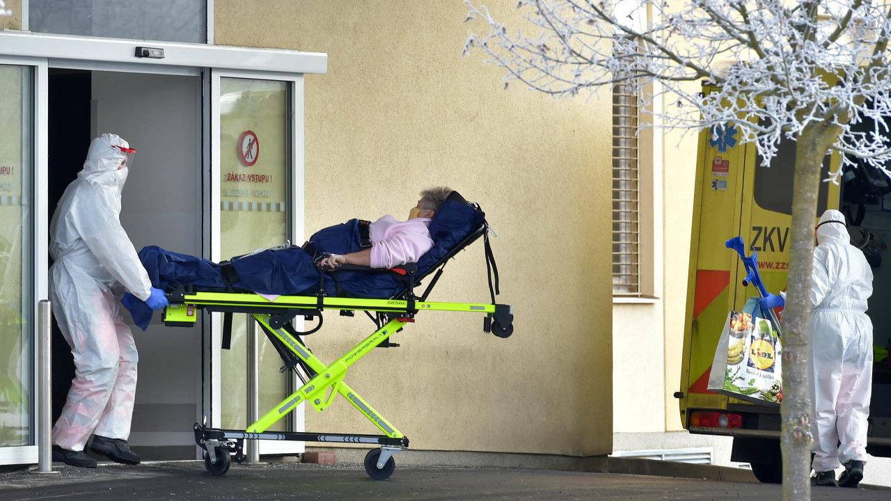 Ředitel chebské nemocnice Martin Krušina tvrdí, že se personál ještě nedostal do situace, kdy by měl jen jedno intenzivní lůžko adva pacienty, kterým by přístroje jednoznačně pomohly.