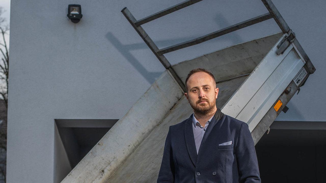 """""""Starám odům azahradu, neustále něco převážím, aproto jsem si pořídil elektrický výklopný vozík,"""" říká PetrMiklík zKupi.cz."""