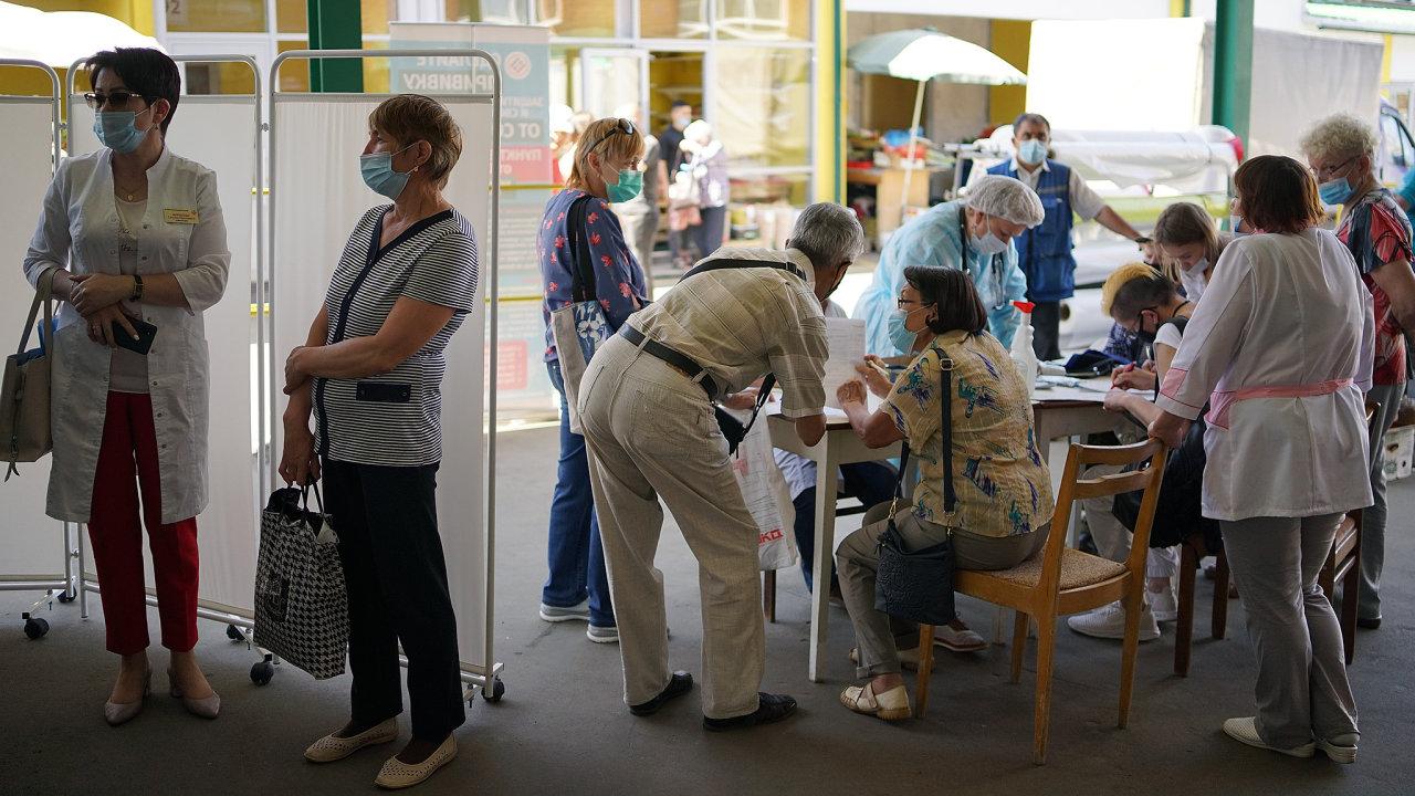 V Rusku se mohou lidé proti koronaviru očkovat nejen na klinikách, vakcinační místa jsou připravena i v parcích, obchodních domech nebo na tržištích, jako ve městě Čeboksary na Volze.