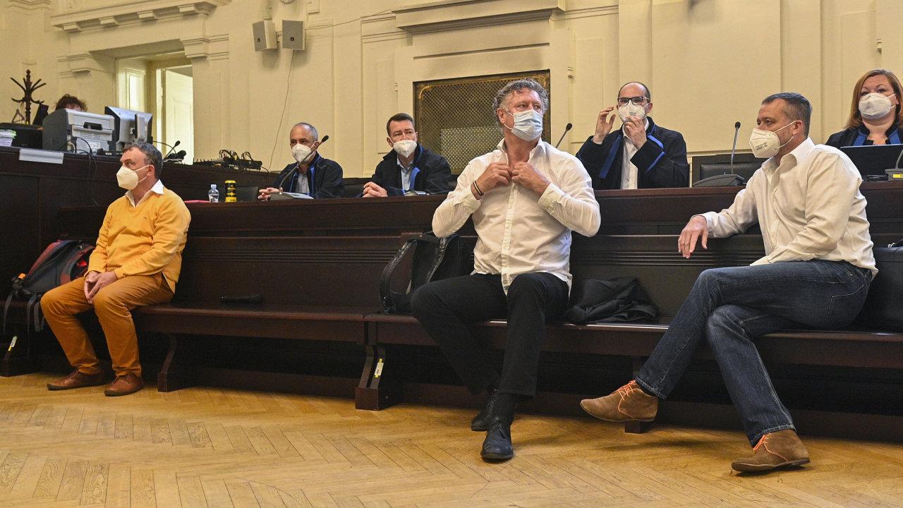 Obvinění Antonio Koláček, Jiří Diviš a Marek Čmejla (zleva) u Městského soudu v Praze při projednávání kauzy Mostecké uhelné společnosti.