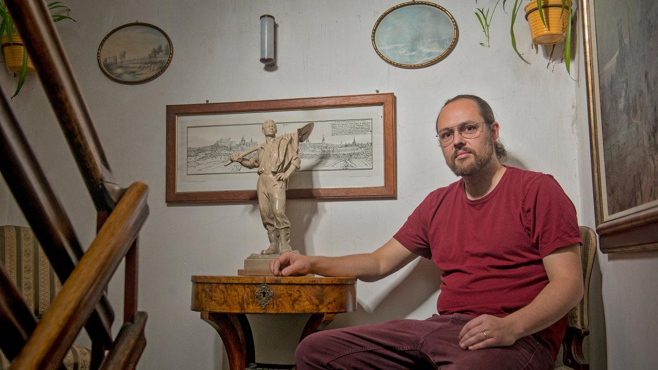 Průmyslem se šestatřicetiletý Viktor Mácha, otec tří dětí, obklopuje idoma. Vesvé sbírce, která zabírá část jeho obydlí, má vedle obrazů agrafik iplastiky stouto tematikou.