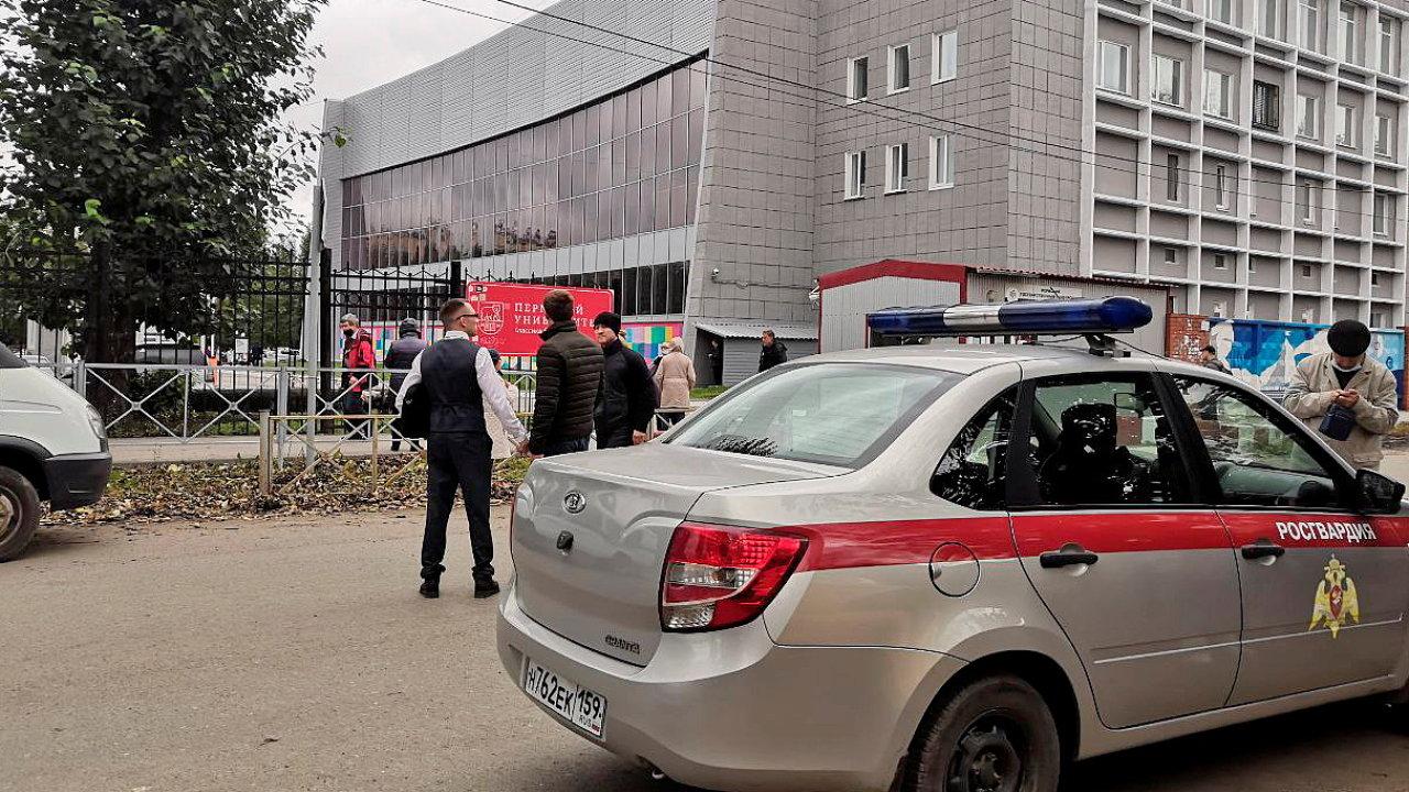 Vozidlo ruské národní gardy u budovy Permské státní univerzity.