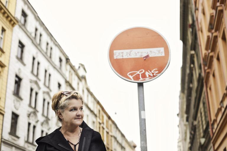 Milena Dopitová (* 1963) se od90. let zabývá konceptuálním uměním. Dělá instalace, zapojuje video, fotografie či textilní objekty.