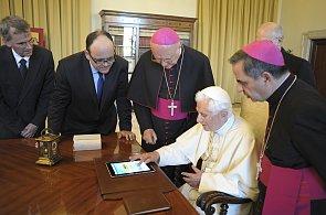 Papež poslal první tweet přes iPad. Vatikán spouští nový portál