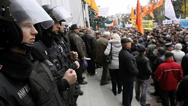 Protesty p�ed ukrajinsk�m parlamentem