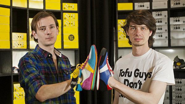 Tvůrci nových botasek ve značkové prodejně.