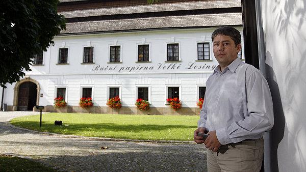Jan Jurčík a za ním jeho Ruční papírna ve Velkých Losinách.