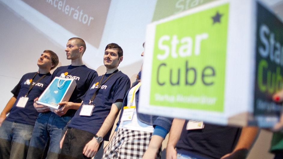 Část týmu Caversoftu při vyhlášení výsledků soutěže StarCube show v Brně.
