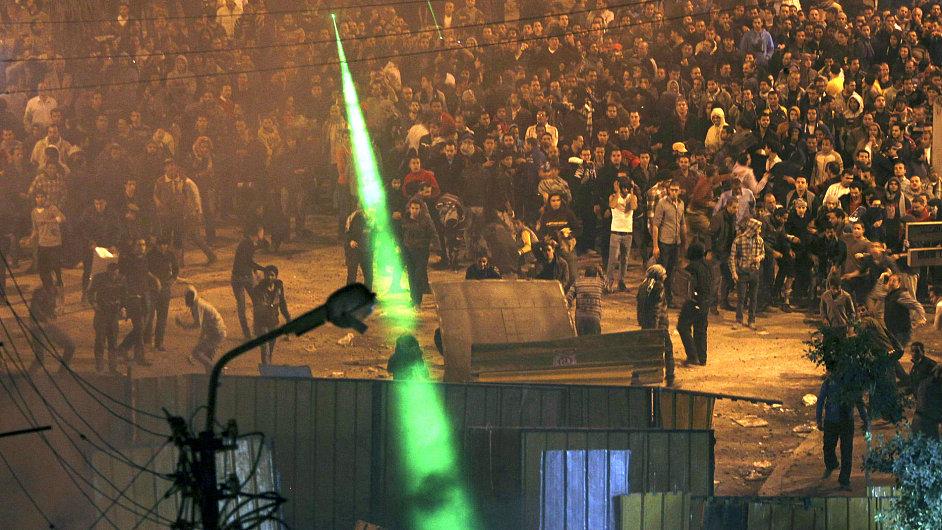 Obrázek z nočních střetů egyptských islamistů s opozicí koncem letošního listopadu.
