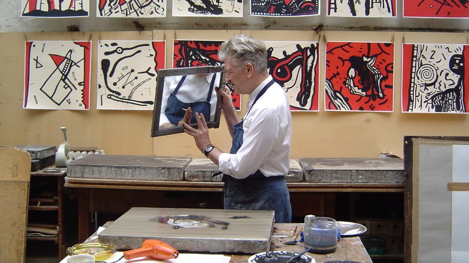 Režisér David Lynch se svými litografiemi.