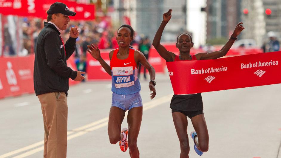 Vítězka Tsegaye Kebedeová (vpravo) a Feyisa Lilesaová v cíli chicagského maratonu 2012