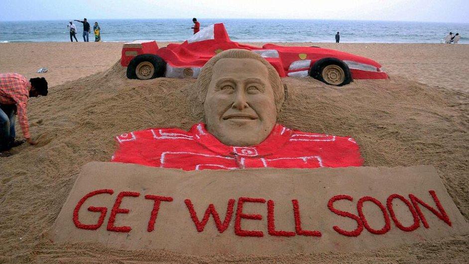 Těžce zraněného Michaela Schumachera podporují fanoušci v den jeho 45. narozenin