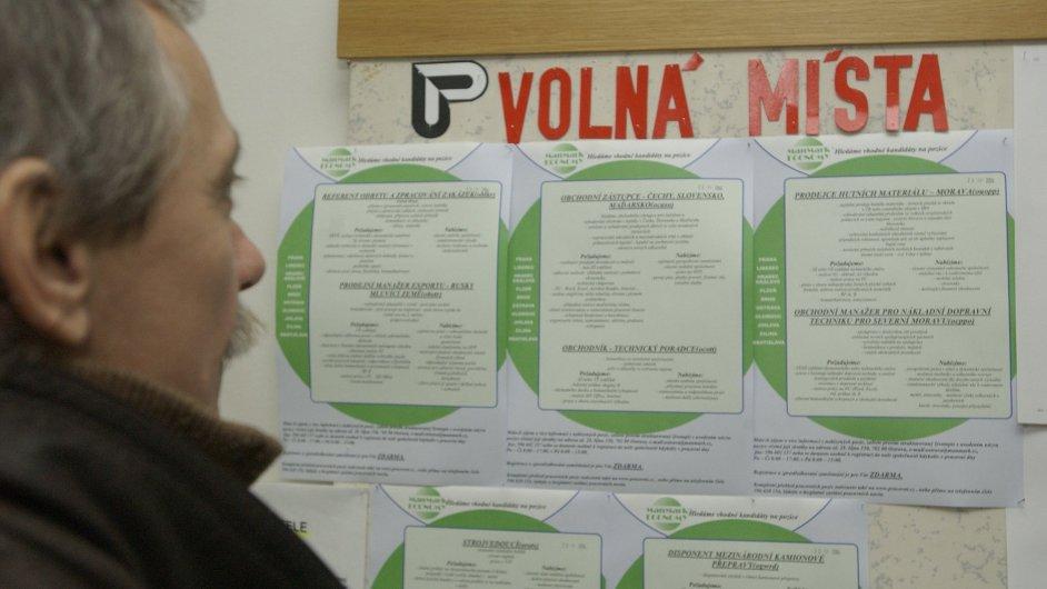 Ilustrační foto - Muž čte nástěnku s vypsanými volnými místy na Úřadu práce v Ostravě.