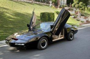 Mluvící auto Davida Hasselhoffa jde do aukce. Hvězda seriálu může vyjít i na milion