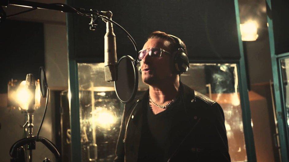 Zpěvák Bono při nahrávání skladby Do They Know It's Christmas.