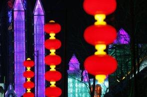 Mrazivá Čína, která těší. Na sedm tisíc umělců opět vytesalo sochy z ledu