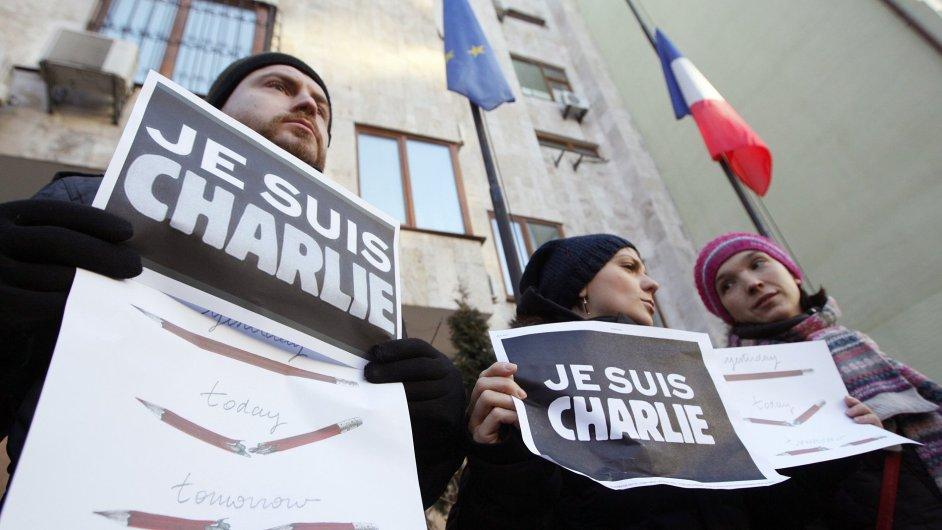 Lidé vyjadřují solidaritu s týdeníkem Charlie Hebdo.
