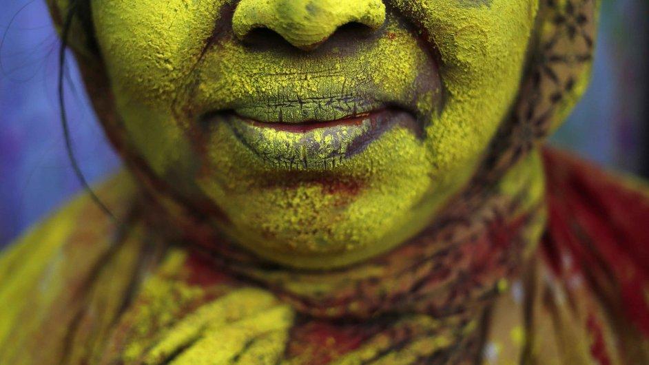 Hinduisté vítají jaro desítkami barev v podobě prášků rozpuštěných ve vodě.