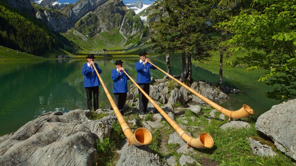 Součástí švýcarských tradic jsou alphornisté. Jejich dechový nástroj nemá klapky ani ventily,