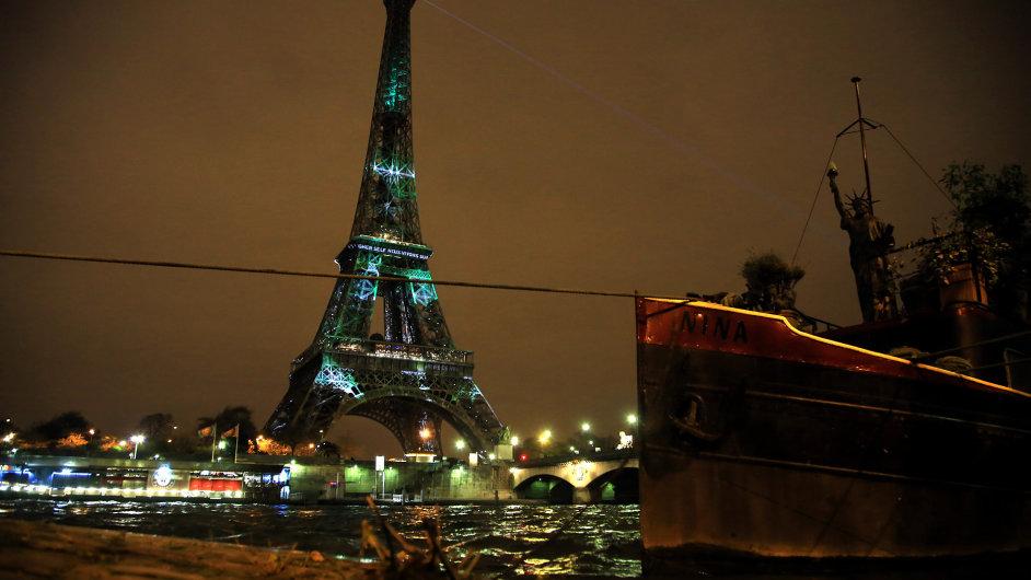 Světelné efekty na Eiffelově věži během pařížské klimatické konference