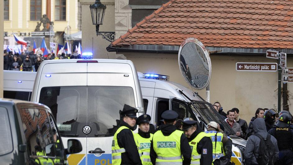 Policejní hlídka během sobotní demonstrace Za Evropu beze strachu a nenávisti.