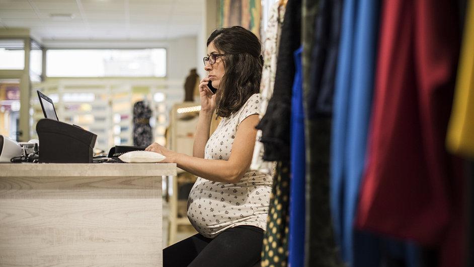 pracující těhotná žena - ilustrační foto