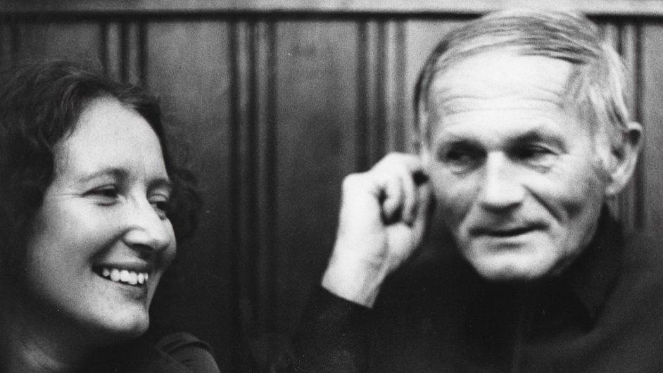 Překladatelka Susanna Roth na archivním snímku se spisovatelem Bohumilem Hrabalem.