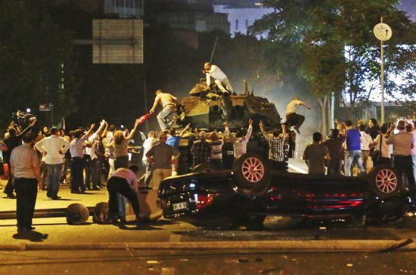 Demonstrující Turci se snaží zastavit přesun tanku na pozici u istanbulského letiště