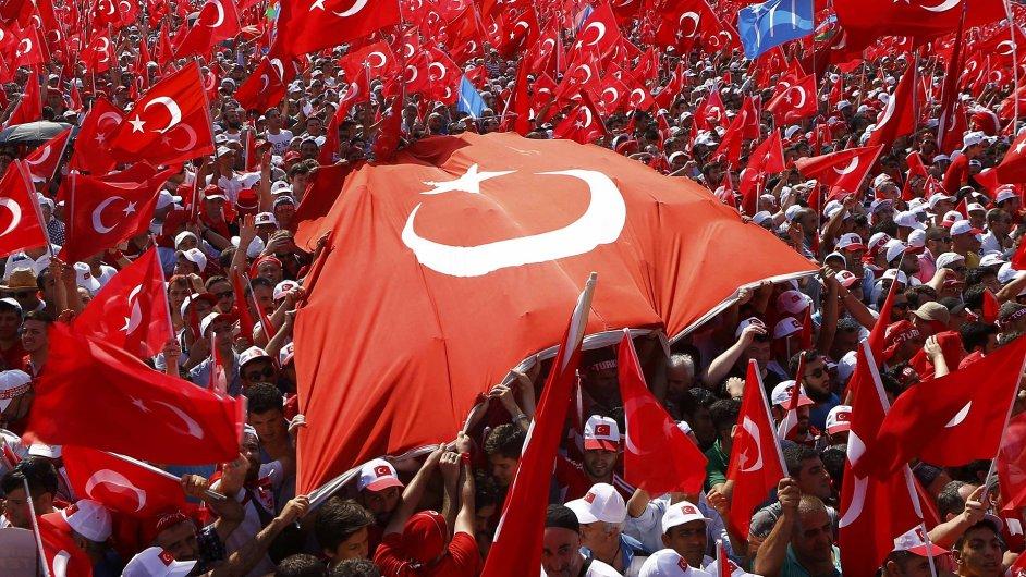 Stovky tisíc lidí se shromáždily v Istanbulu na podporu prezidenta Erdogana.
