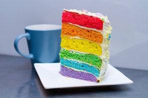 Nejstar�� gay kav�rna v Praze serv�ruje tematick� menu v duhov�ch barv�ch. Od koktejlu a� po dort