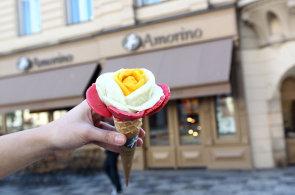 V Amorinu aran�uj� zmrzlinu do podoby barevn�ch r��. M�stn� specialitou je vegansk� �okol�dov�