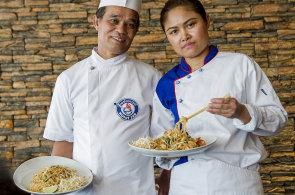 Pad Thai b�v� pova�ov�no za thajsk� n�rodn� j�dlo, zp�sob p��pravy a ingredience jsou ale typick� sp� pro ��nskou kuchyni
