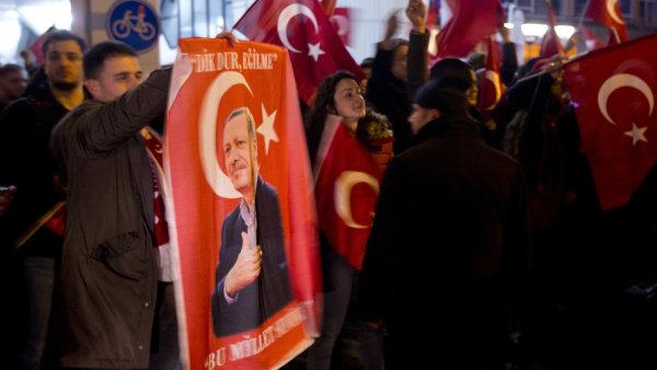 Demonstranti s plakáty tureckého prezidenta Erdogana před tureckým konzulátem v Rotterdamu.