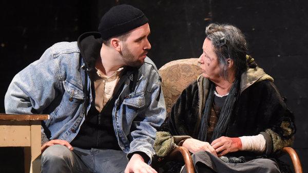 V ostravské Krásce z Leenane se v roli Mag představí Kateřina Krejčí (vpravo), Raye ztvární Ondřej Brett (vlevo).