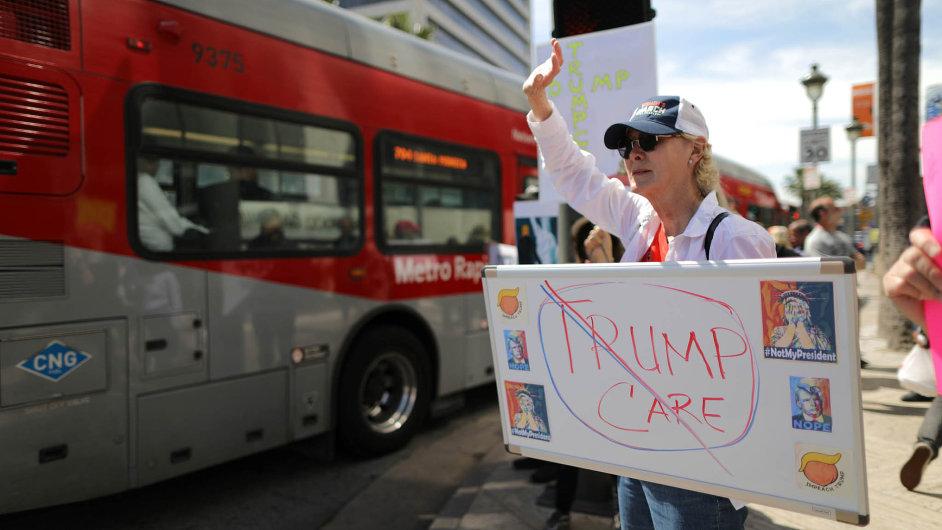 Zachovat Obamacare:Američané protestovali vLos Angeles proti rušení zdravotnických pravidel prezidenta Baracka Obamy. Zrušit je chtěl nový prezident Donald Trump.