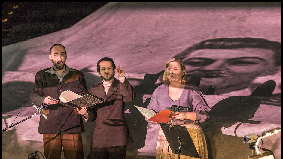 Snímek z inscenace opery Žádný člověk na Nové scéně Národního divadla.