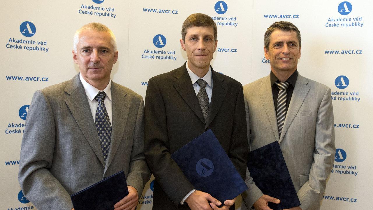 Vědci (zleva) Jan Flusser z Ústavu teorie informace a automatizace AV ČR, Petr Baldrian z Mikrobiologického ústavu AV ČR a Michal Fárník.