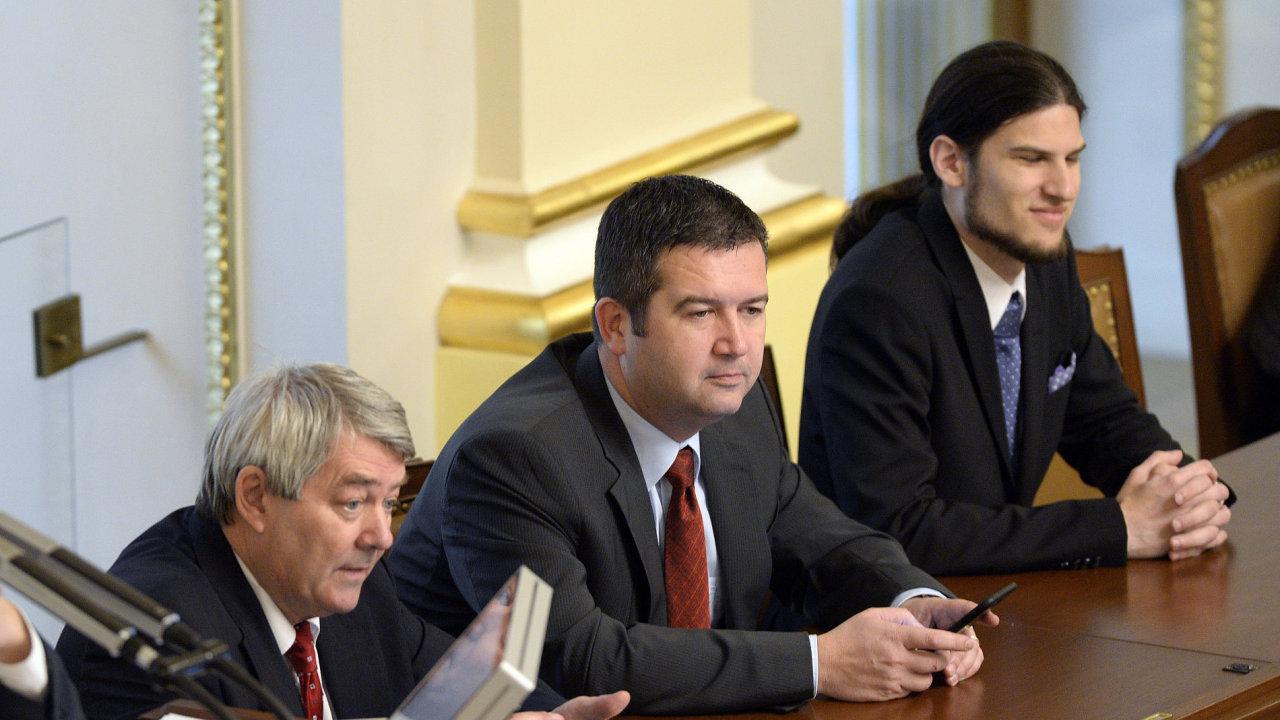 Noví místopředsedové sněmovny zleva Vojtěch Filip (KSČM), Jan Hamáček (ČSSD) a Vojtěch Pikal (piráti) na ustavující schůzi Poslanecké sněmovny.