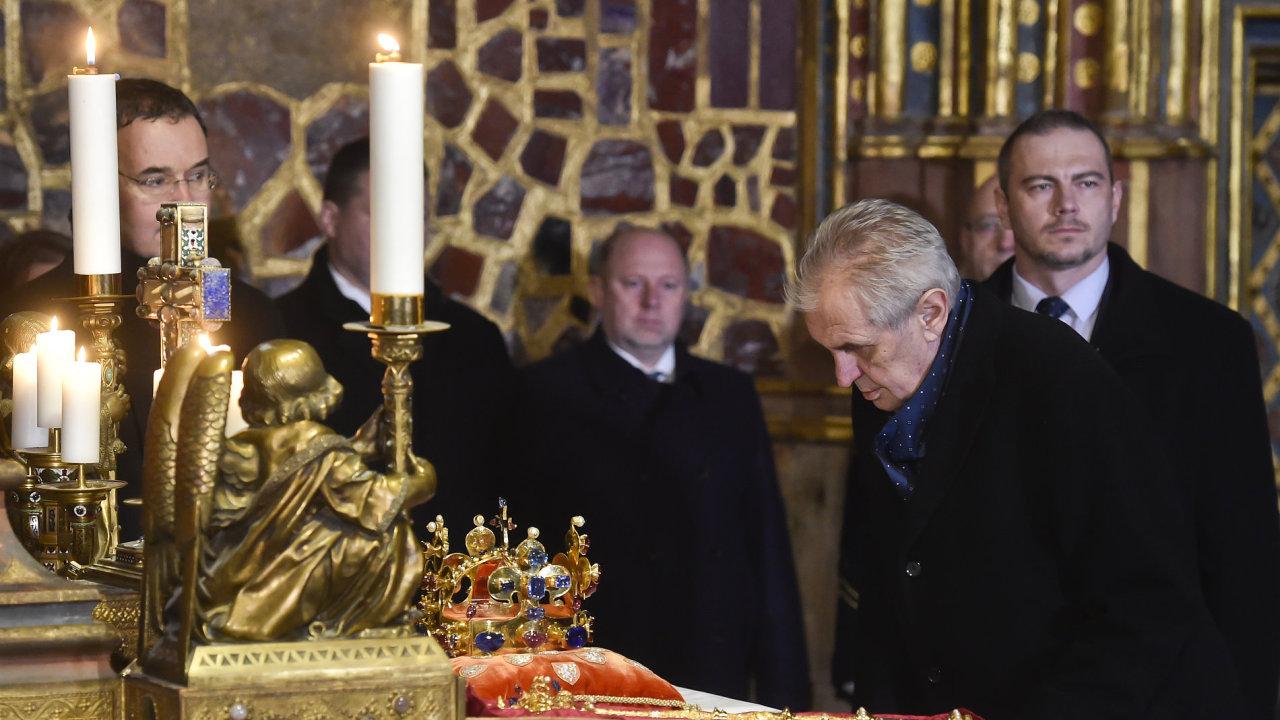 f7d88cb5663 Klíčníci včetně prezidenta Zemana odemkli komnatu s korunovačními klenoty.  Týden budou vystavené na oslavu 100. výročí vzniku republiky