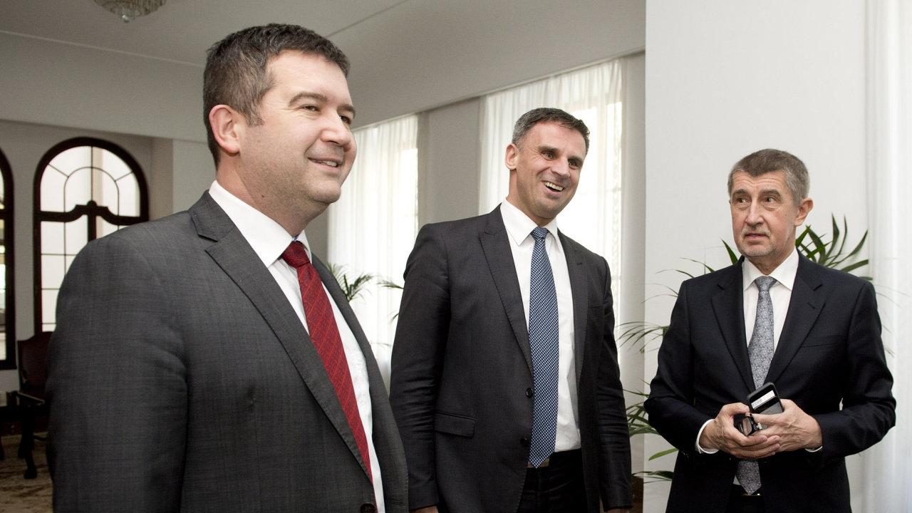 Zleva předseda ČSSD Jan Hamáček a místopředseda téže strany Jiří Zimola a premiér v demisi Andrej Babiš (ANO).