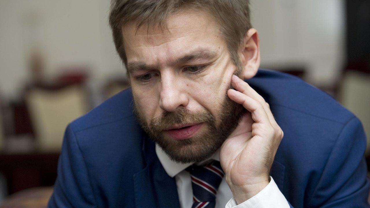 Ústupek. Ministr Robert Pelikán musel ustoupit vlastnímu klubu ANO.