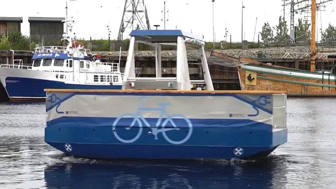 Samořiditelný přívoz testují v Norsku. Loď bez převozníka řídí navigace a jezdí na baterky.