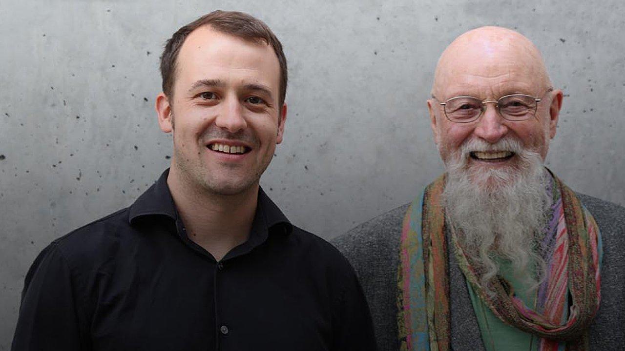 Gyan Riley (vlevo)a jeho otec Terry Riley společně vystoupí vestředu 10. října vkoncertním sále Pražské konzervatoře.