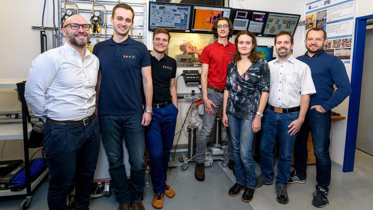 Tým vědců z Ústavu fyziky plazmatu Akademie věd získal cenu v kategorii základní výzkum za novou technologii plazmového nástřiku ochranných vrstev.