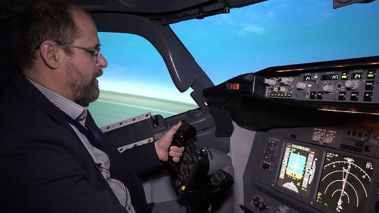 V kokpitu Boeingu 737 NG. Pilot v simulátoru ukázal vzlet i pád letadla