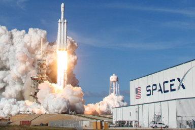 První komerční let Muskovy nejsilnější rakety. Falcon Heavy vynese na oběžnou dráhu Země saúdskoarabský satelit